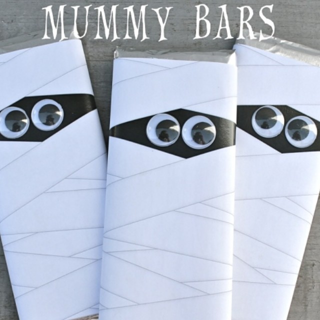 Make these super cute mummy bars using our free printable. Search mummy bars on our blog for all the easy details. #halloween #mummy #chocolate #gift #treat