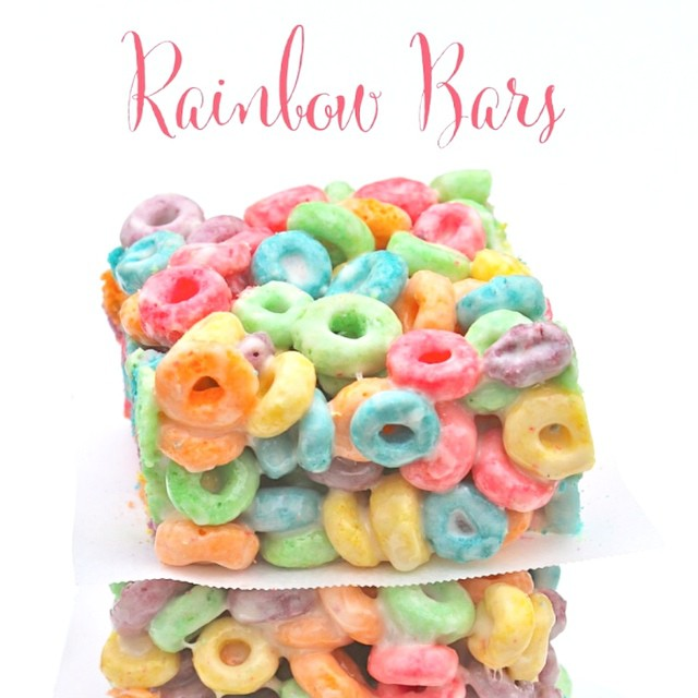 Hungry? Eat a rainbow!  Perfect treat for St. Patrick's Day and so easy to make!  Search rainbow on out site. Link in profile #rainbow #stpatricksday #fruitloops #party #kelloggs @kelloggs